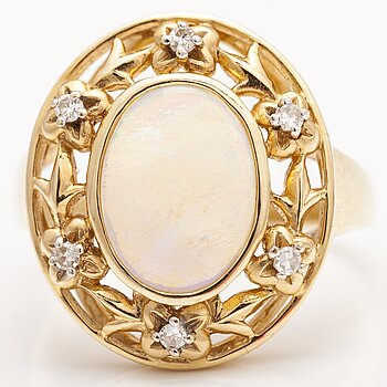 A 14K gold ring with an opal and diamonds ca. 0.12 ct in total.