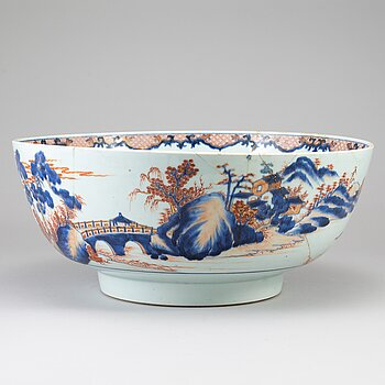 A large imari punch bowl, Qing dynasty, 18th Century.
