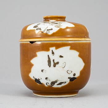 A capucinner glazed jar with cover, Qing dynasty, Qianlong (1736-95).
