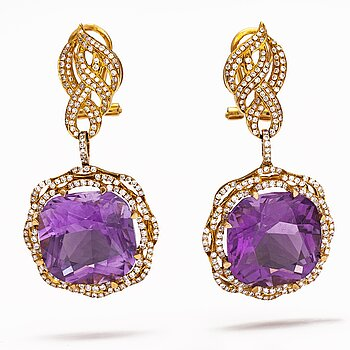A pair of 18K gold earring swith amethysts and diamonds ca. 0.96 ct in total.