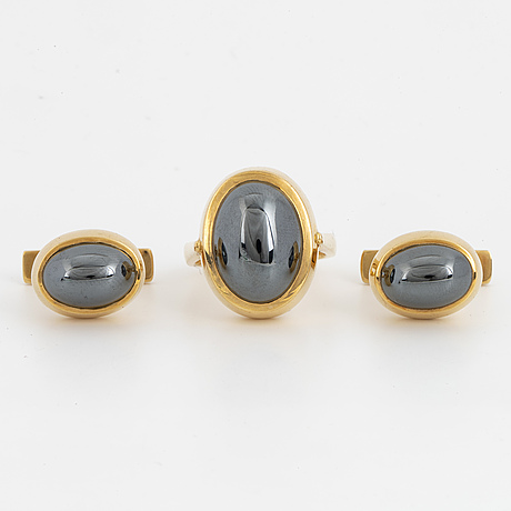 Ole lynggaard, ring and cufflinks 18k gold and hematite.