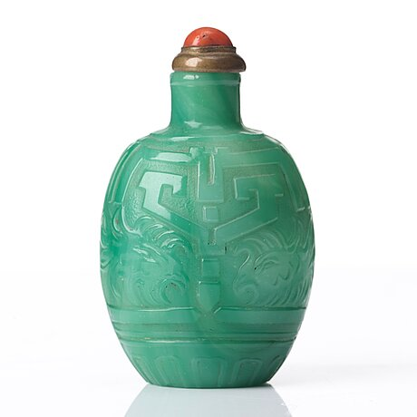 A snuff bottle with stopper, qing dynasty, 19th century.