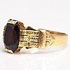 An 18k gold ring with a garnet. frans viktor syrenius, turku 1901.