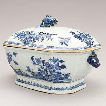 A Chinese Qianlong (1736-1795) porcelain tureen.
