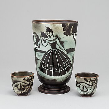 """GUNNAR NYLUND, a """"Flambé"""" stoneware vase and two cups, Rörstrand, 1930-40's."""