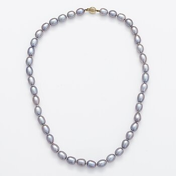 A pearl collier with cultured pearls and a 14K gold clasp.