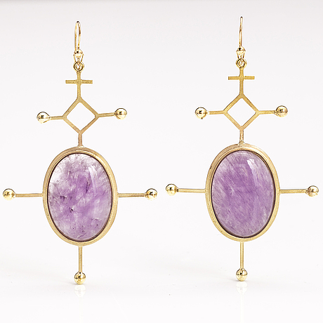 A pair of 14k gold earrings with amethysts. t:m kulta-puntti, turku 1984.