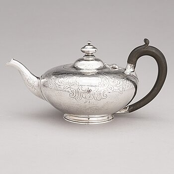 A sterling silver teapot, mark of W.M, London 1944.