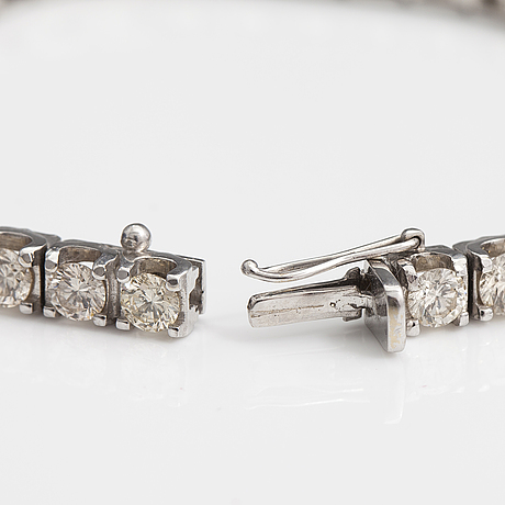 An 18k white gold bracelet with brilliant cut diamonds ca. 11.34 ct in total.