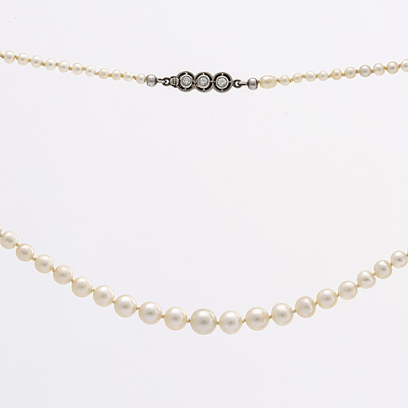 Pearl necklace cultured pearls approx 2,5 - 6,5 mm, clasp 18k whitegold 3 brilliant-cut diamonds approx 0,15 ct in total.