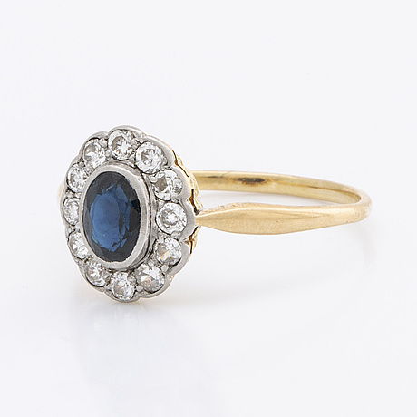 Ring 18k gold w 1 sapphire approx 5 x 3 mm and old-cut diamonds approx 0,35 ct in total.