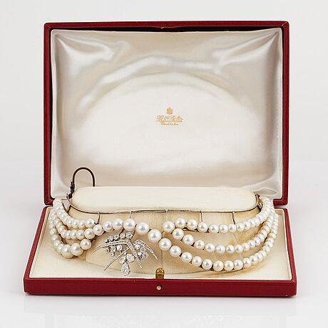 Diadem odlade pärlor samt avtagbar wa bolin brosch med gammalslipade diamanter.