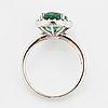 Ring, med oval fasettslipad smaragd och briljantslipad diamanter.