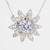 HÄngsmycke, i form av en tusensköna med ljusblå safir och diamanter, med kedja.