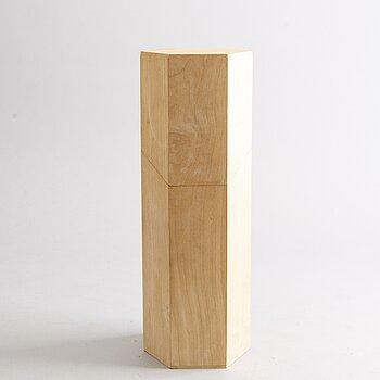 AN OLOF PIRA BOX WITH LID.