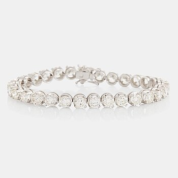 906. An 18K white gold bracelet set with round brilliant-cut diamonds with a total weight of ca 12.00 cts.