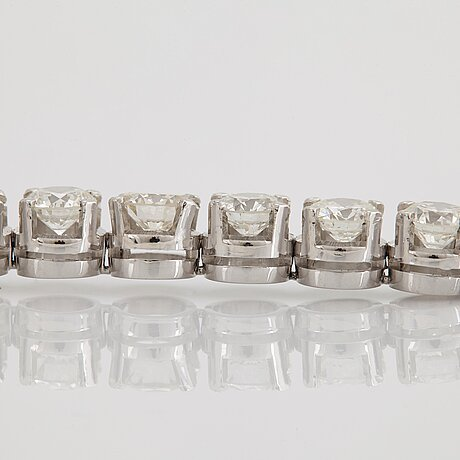 An 18k white gold bracelet set with round brilliant-cut diamonds with a total weight of ca 12.00 cts.