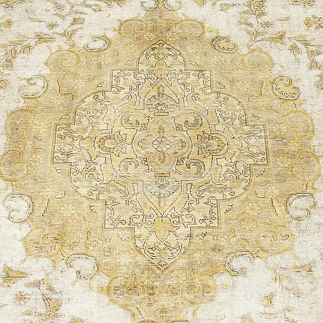 A carpet, oriental, ca 370 x 281 cm.