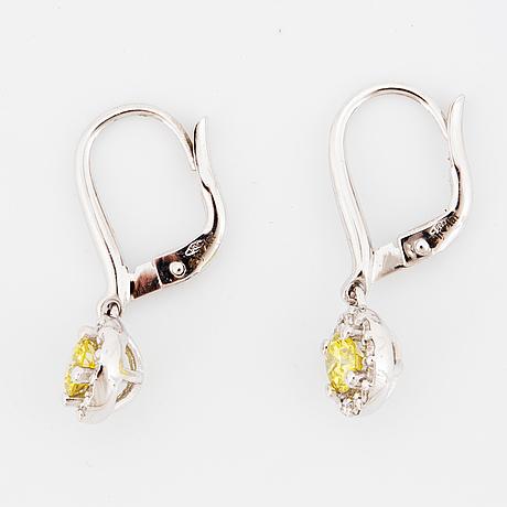ÖrhÄngen, med gula färgbehandlade diamanter och diamanter.