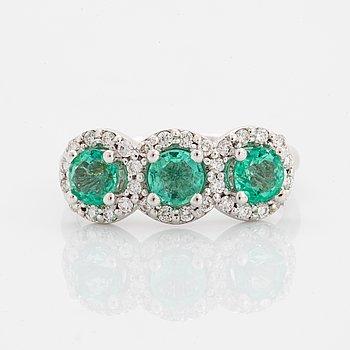 RING, med tre smaragder och briljantslipade diamanter.
