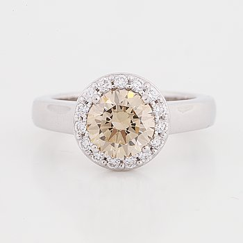 Ring, med brungul briljantslipad diamant och diamanter.