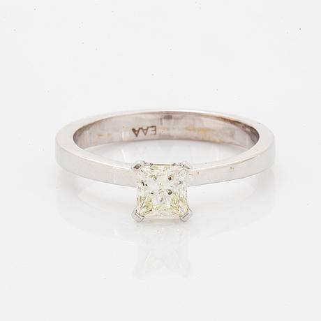 Ring 18k guld med en prinsesslipad diamant.