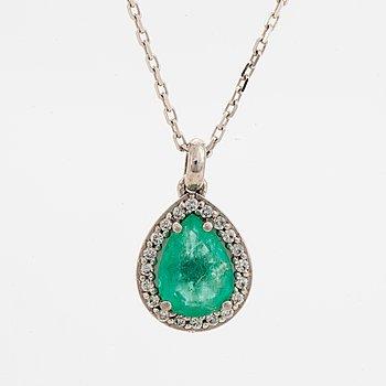 Hängsmycke, med droppformad smaragd och diamanter.