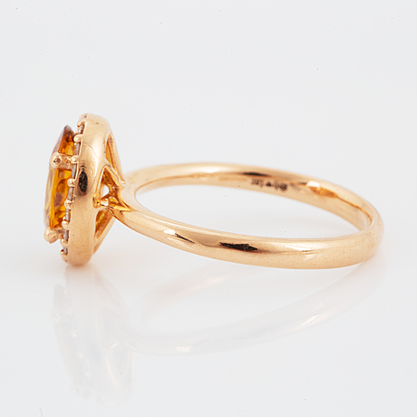 Ring, med gul safir och  briljantslipade diamanter.