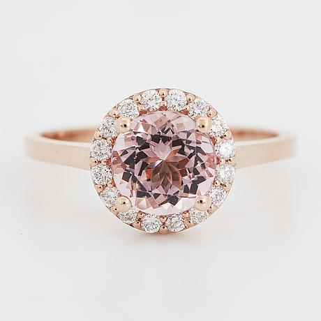 Ring, med morganit och briljantslipade diamanter.