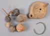 Oljelampa, halsband samt armring, keramik, brons.