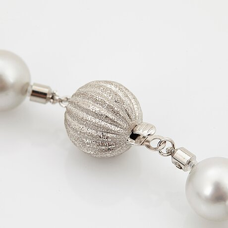 A cultured tahitian and south sea pearl necklace with a detachable cultured tahitian pearl pendant.