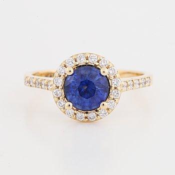 Ring med rund fasettslipad safir och briljantslipade diamanter.