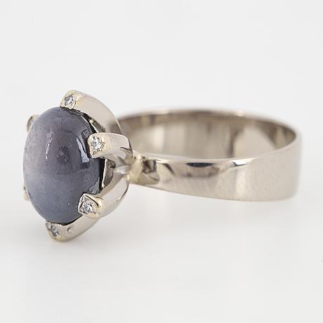 Ring, med cabochonslipad stjärnsafir och diamanter.