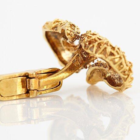 A pair of 18k gold zolotas cufflinks.