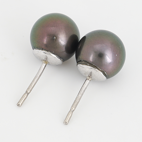 Cultured tahiti pearl earrings.