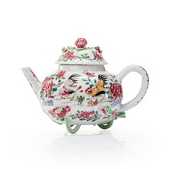 709. A famille rose tea pot with cover, Qing dynasty, Yongzheng (1723-35).