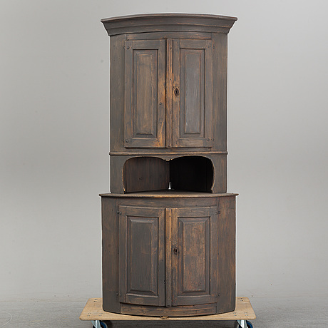 A painted pine cabinet, first half of the 19th century.