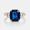 Ring platina med en fasettslipad safir 4.58 ct samt baguetteslipade diamanter.