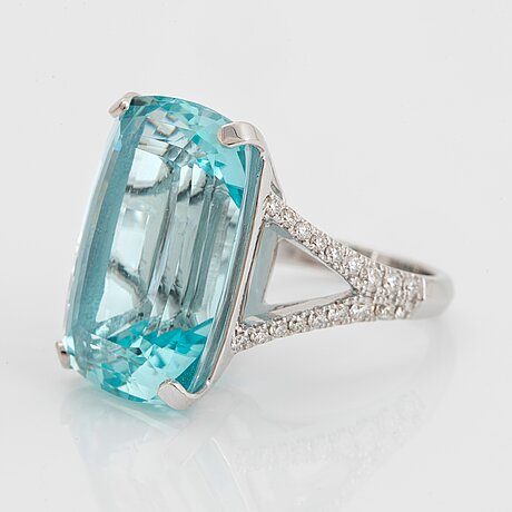 An 18k white gold ring set with a faceted aquamarine weight 29.09 cts.