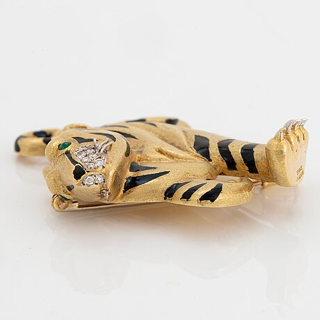 An 18k gold e wolf panther brooch with enamel decoration and set with round brilliant-cut diamonds.