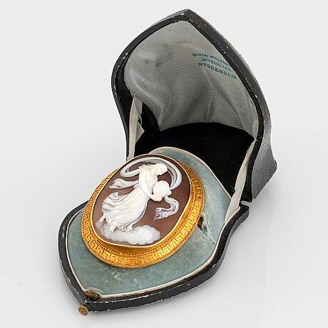 A gustaf möllenborg shell cameo brooch in 18k gold.