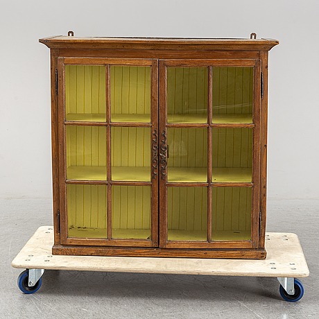 A display cabinet from the first half of the 19th century.