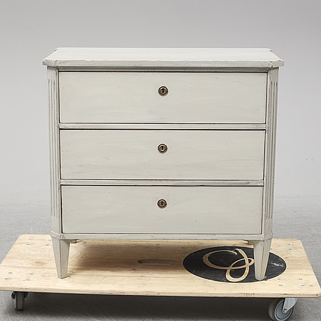 A first half of the  20th century gustavian style chest of drawers.