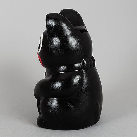 """Makode linde, skulptur/sparbössa, """"manike neko"""", signerad och daterad -19."""
