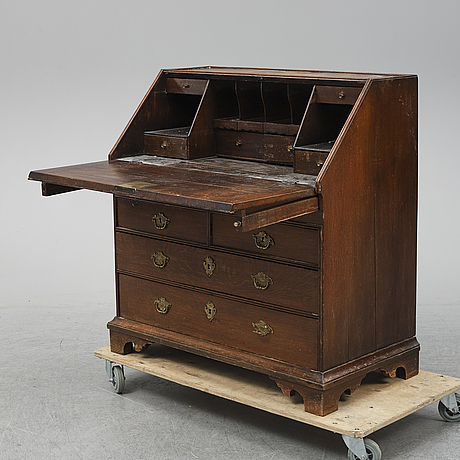 An early 19th century oak secratire.