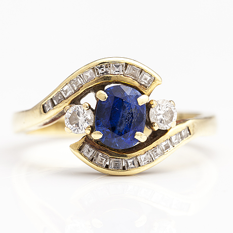 A 14-18k gold ring with a sapphire and diamonds ca. 0.43 ct in total.
