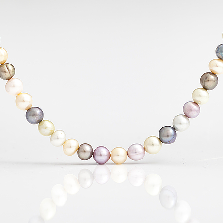 A pearl collier with cultured pearls and a metal and glass clasp.