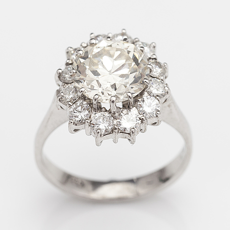 An 18k white gold ring with an old cut diamonds and brilliant cut diamonds ca. 3.68 cts in total. hallmarked heg.
