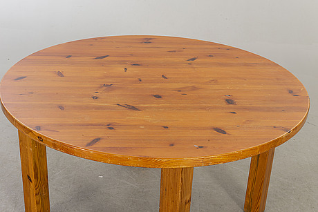 A 1970:s pine dining table.