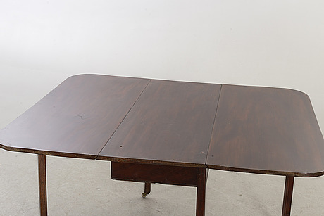 A probably english 19th century flap table.